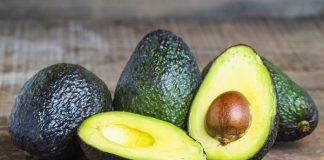 O óleo de abacate é um emoliente antioxidante extraído da semente do abacate.