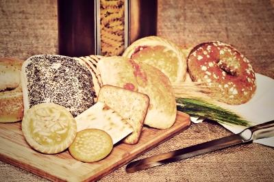Produtos com glúten, pães, biscoitos e outros derivados de trigo.