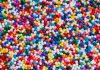 Esferas de polietileno, os microplásticos, formando um arco-íris multicolorido