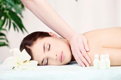 Mulher recebendo massagem relaxante em SPA