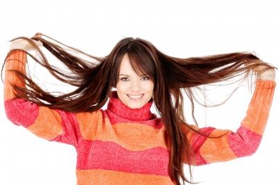 Mulher segurando cabelos longos e hidratados