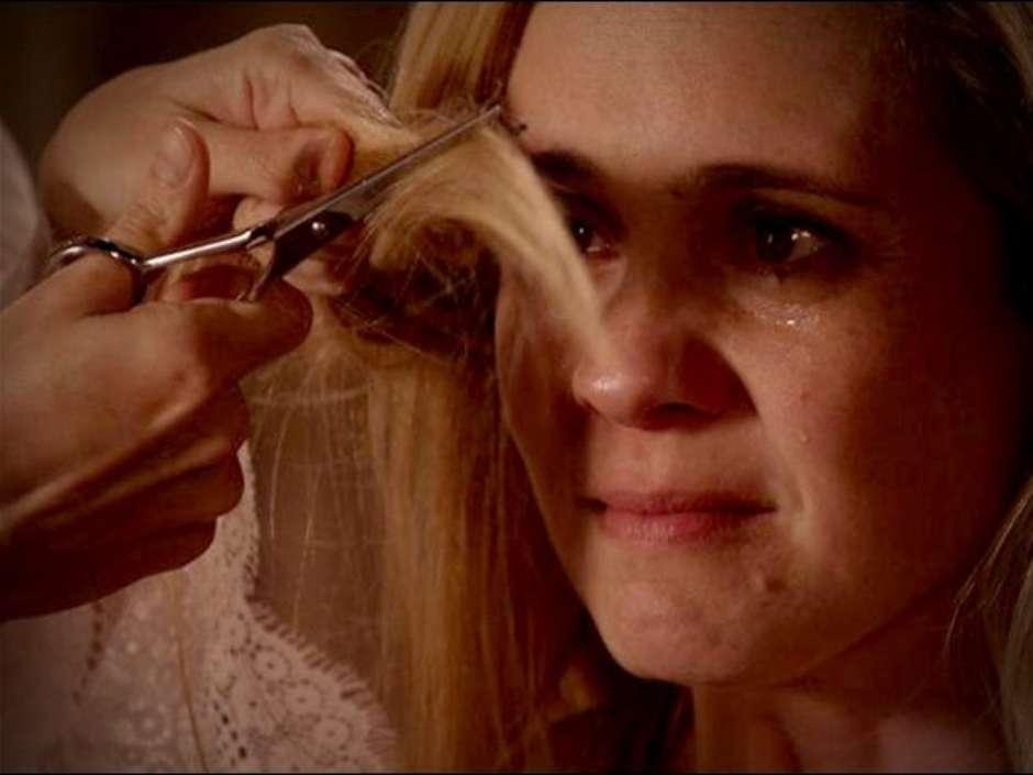 Personagem Carminha, da novela Avenida Brasil da Rede Globo, tendo seus cabelos cortados na vingança da personagem Nina