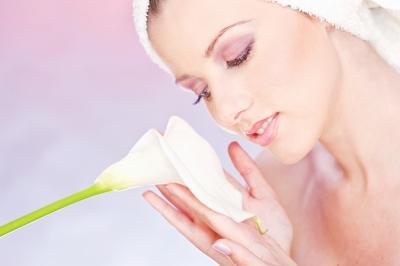 Mulher com uma flor de lírio, análise sensorial de cosméticos