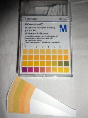 Fitas indicadoras de pH para medir pH de produtos cosméticos em casa.