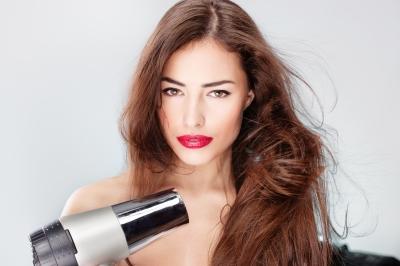 Amodimeticone e silicones amínicos oferecem proteção térmica aos cabelos.