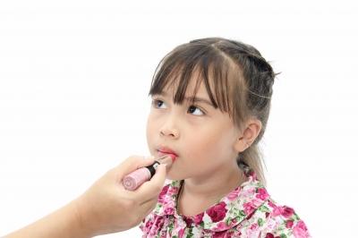 Adulto passando batom e uma criança cosméticos infantis Cosméticos infantis: o que usar e o que não usar em cada idade POST 20161220 Supervis  o de adulto