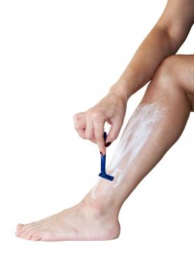 Mulher depilando a perna
