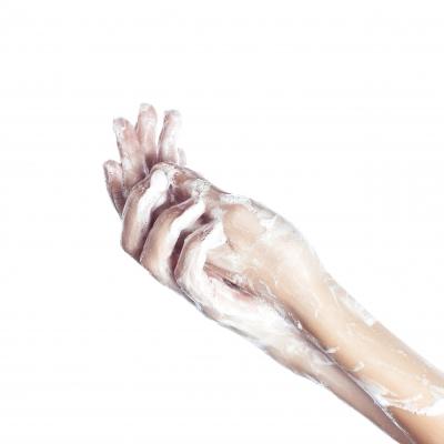 A aplicação de cosméticos sobre a pele altera as condições fisiológicas e o tempo necessário para o reequilíbrio pode impactar a homeostase da microbiota cutânea.