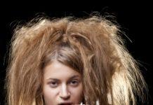 Alteração da coloração, ressecamento, perda de brilho, pontas duplas, e fios quebradiços são alguns dos efeitos da luz ultravioleta sobre os fios de cabelo.