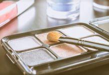 a manipulação de cosméticos pelos consumidores durante o uso é um foco potencial de contaminação microbiológica.