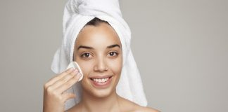 limpeza do rosto e área dos olhos sem irritação com água micelar.