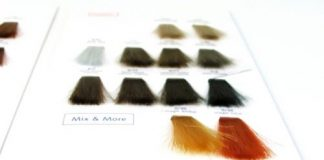 mechas de cabelo coloridas em cartela de cores de tintura capilar