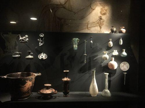 Exemplos variados de embalagens de perfumes desde a Antiguidade até o século XX.