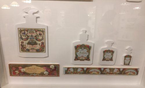 A sala de etiquetas e seus muitos exemplos.