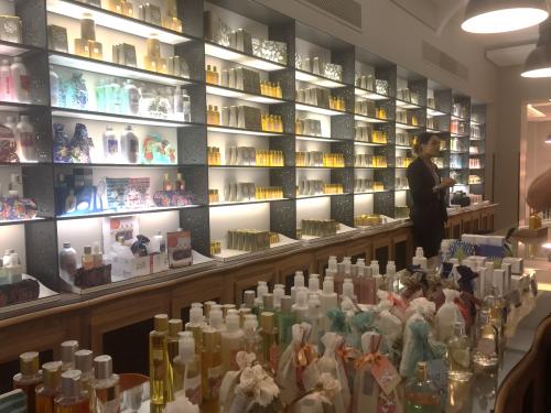 Ao final da visita, a loja da Fragonard.