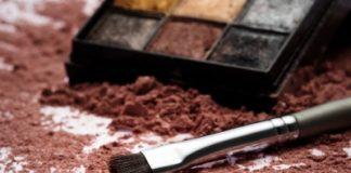 Pós adsorventes absorvem o excesso de sebo da pele e dos cabelos, diminuindo a oleosidade e controlando o brilho