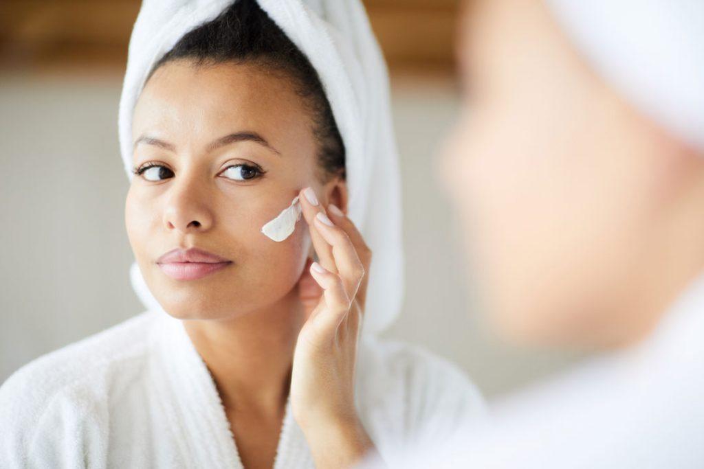 hidratação da pele Mecanismos de hidratação da pele mulher negra hidratando a pele 1024x683