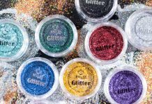 como remover glitter da pele e dos cabelos