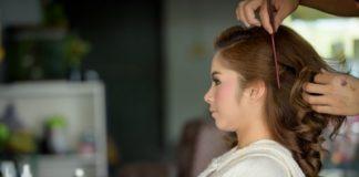 Mulher jovem no salão de beleza