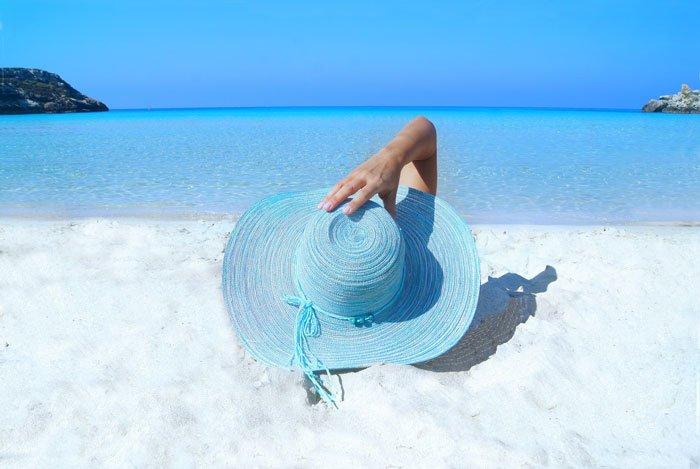 chapéu de sol azul na praia