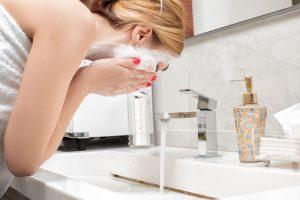 ph da pele pH da pele e o impacto do pH dos produtos na pele 20200930 mulher lavando o rosto 300x200